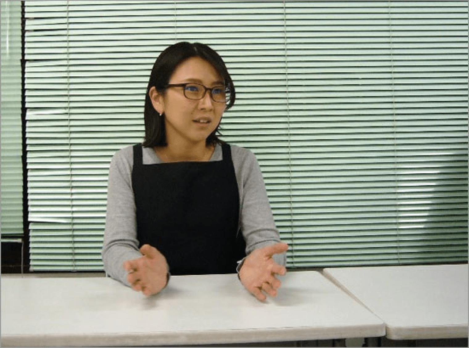 「印刷やファイリングの手間がなくなり助かっている」と語る、日本歯科工業社・営業本部 受注営業課チーフの川名氏